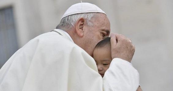 Papa na catequese: os pais nos deram a vida, nunca insultá-los