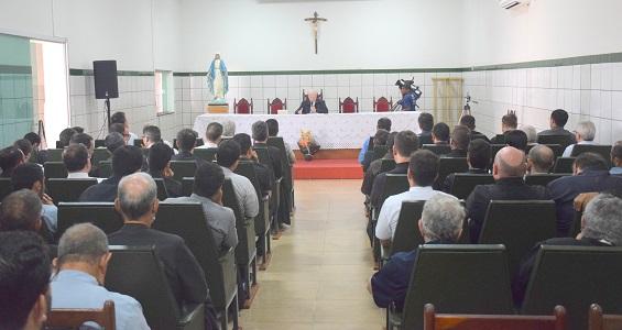 Reunião do Clero: Dom João Wilk apresenta monsenhor Dilmo Franco, nomeado bispo auxiliar de Anápolis