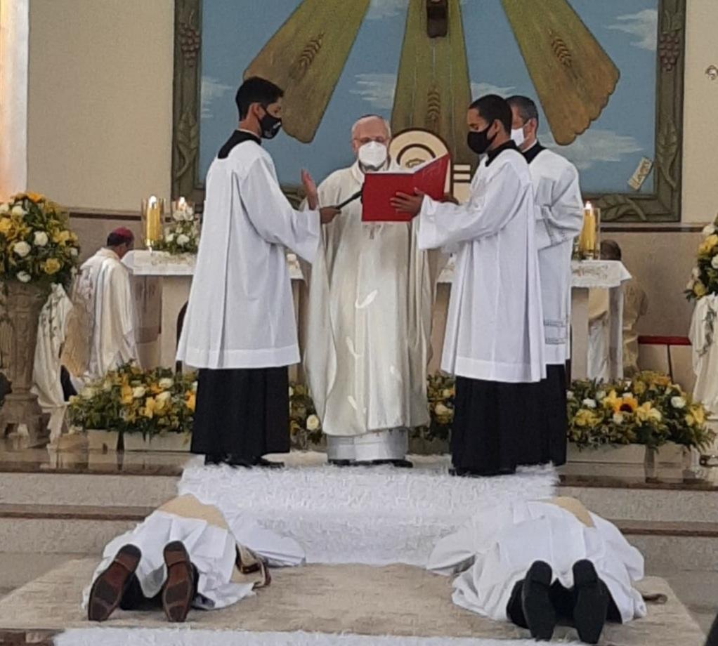 Bispo diocesano de Anápolis ordena mais dois novos Sacerdotes para a igreja